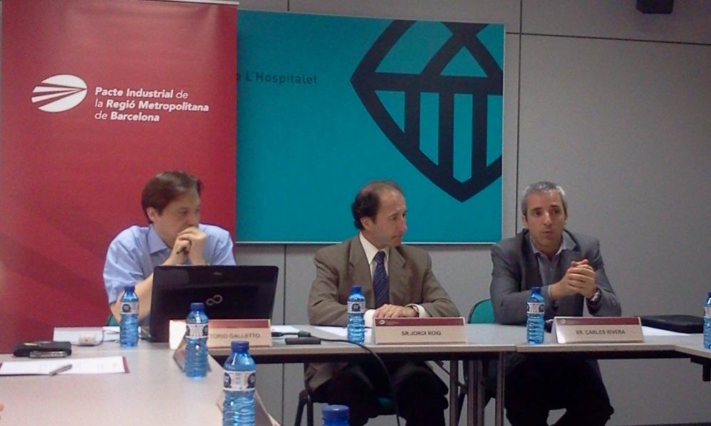 D'esquerra a dreta: Vittorio Galletto, director de l'estudi; Jordi Roig, president de la Comissió d'Innovació del Pacte Industrial, i Carles Rivera, coordinador gerent de l'associació