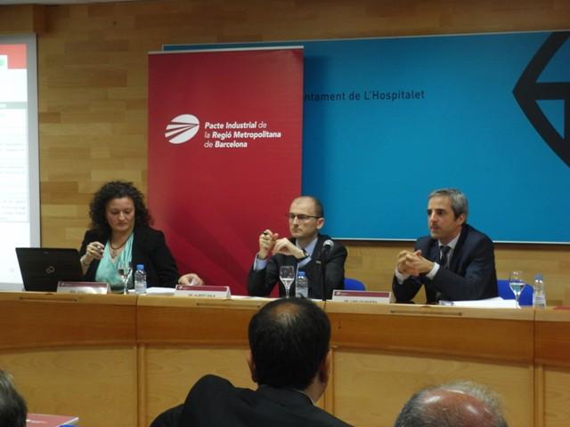De izq. a dcha.: Sonia Llera y Albert Sala, de la consultora D'Aleph, y Carles Rivera, coordinador gerente del Pacto Industrial