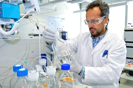 Científic realitzant proves en un laboratori. Foto: Nestlé