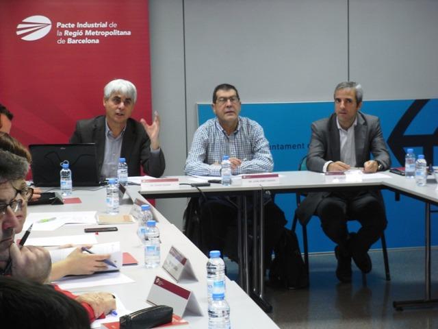 De izq. a dcha.: Ignasi Ragàs, autor del paper; Juan José Casado, presidente de la Comisión de Movilidad del Pacto Industrial, y Carles Rivera, coordinador gerente del Pacto Industrial