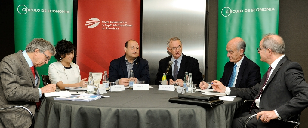 L-R: Joaquim Coello, a member of the Industry Working Group of the Cercle d'Economia; Noemí Moya, External and Government Affairs Section Manager of Nissan Motor Ibérica; Carles Ruiz, the Chair of the Executive Committee of the Pacte Industrial and Mayor of Viladecans; Antón Costas, President of the Cercle d'Economia; Vicenç Aguilera, president of the CIAC, and Ciriaco Hidalgo, Governmental and Institutional Relations Manager of SEAT-Volkswagen Spain