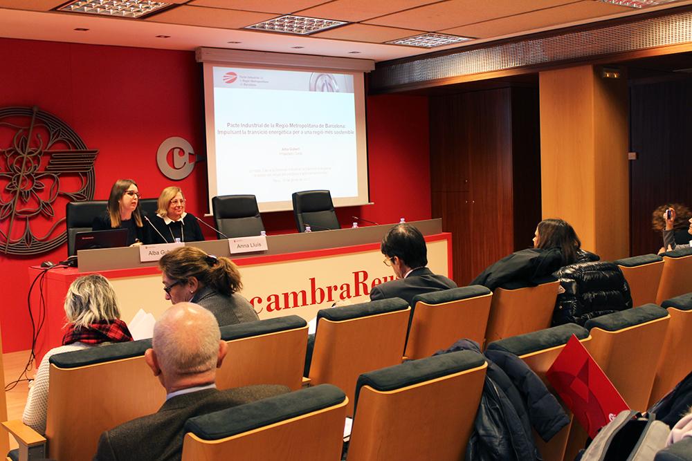 D'esq. a dta.: Alba Gubert i Anna Lluís en un moment de la presentació del Quadern 14 del Pacte Industrial